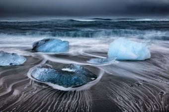 Les glaçons de Jökulsarlón rabattus par les vagues