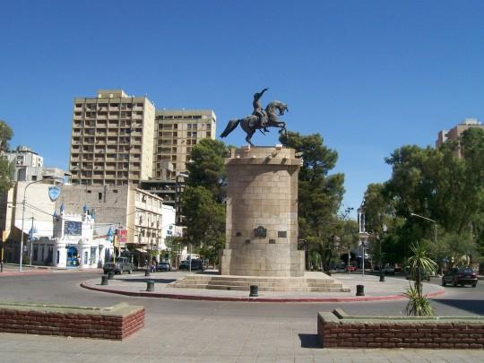 Centre ville de Neuquén avec la statue équestre de José de San Martin