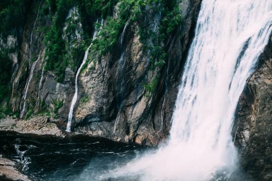 Les chutes de Montmorency sur le coté